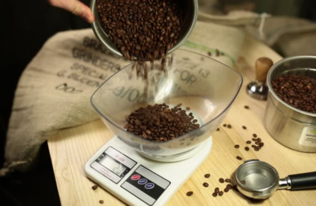 Guide to using coffee scales for baristas and home-brewers alike!